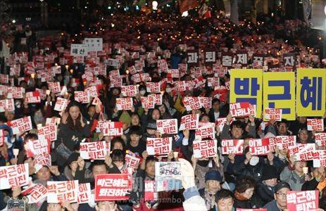 10月29日にソウル都心で行われたロウソク集会のようす(連合ニュース)