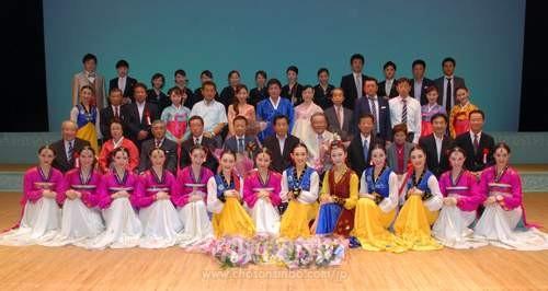 公演を成功させた実行委や歌劇団のメンバーたち