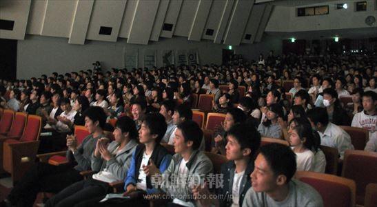 出演者に拍手を送る観覧者たち