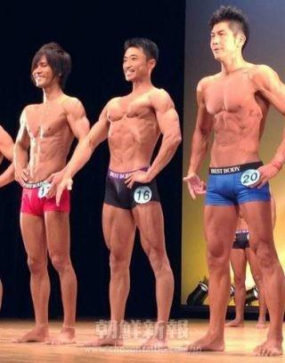 マスターズクラスに出場した陸勇志さん(中央)は鍛えあげた肉体美を披露(写真=本人提供)