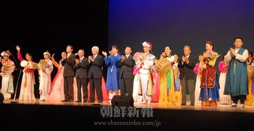 公演を成功させた実行委と歌劇団の団員たち