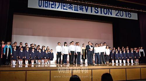 実行委のメンバーと在学生たちが校歌を合唱