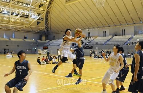 男子の最優秀選手に輝いた大阪の高尚範選手(中央の白)
