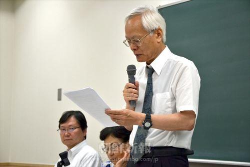 9月6日に東京高裁で行われた第2回口頭弁論後の報告集会で発言する吉見義明教授。(右)