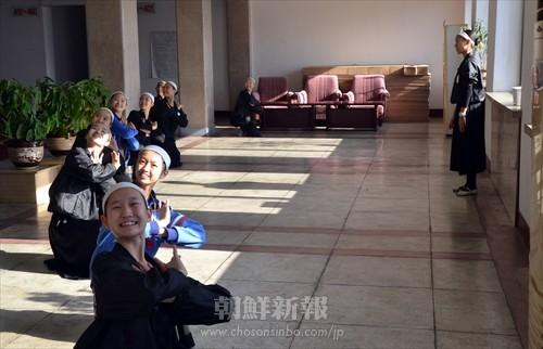 平壌ホテルの中で自主練習に励む舞踊組