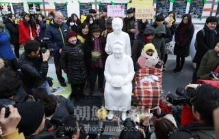 集会では性奴隷被害者2人の銅像(中央)が公開された。右は少女像(連合ニュース)