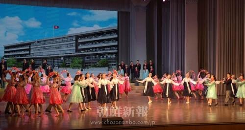 在日朝鮮学生少年芸術団による物語と舞踊「民族教育の花大門のなかに咲きました」(朝鮮中央通信)