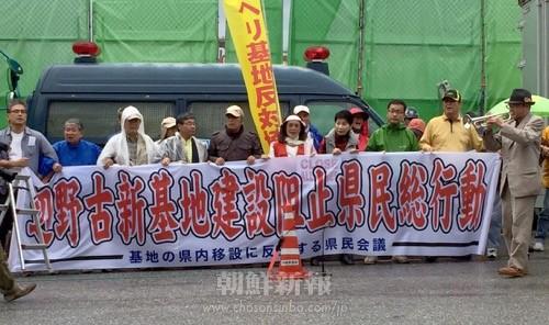 米軍新基地建設に反対する今年初の抗議行動(5日、米軍キャンプシュワブの前で)