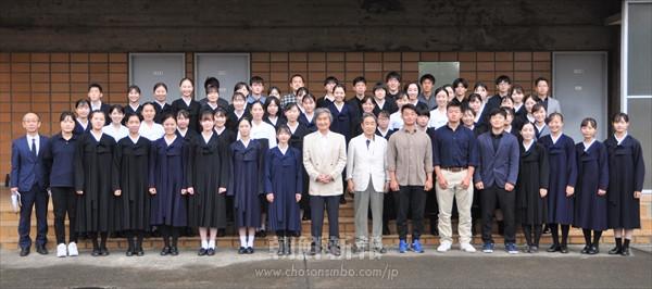 「愛する後輩たちのため」/朝大文学部13期生が文学歴史学部の学生らに支援金