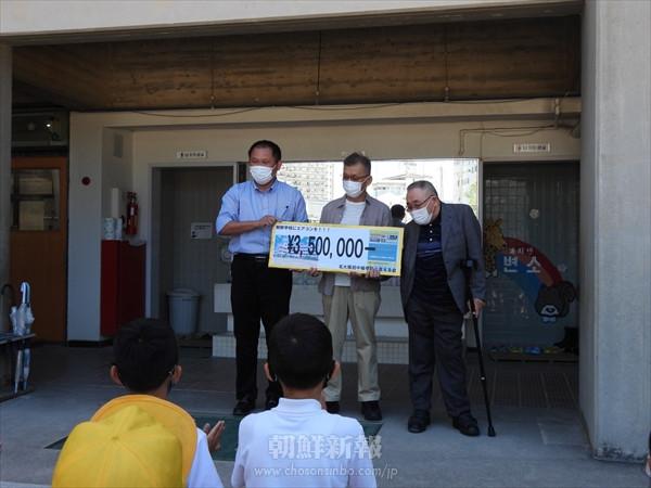 北大阪初中にエアコンを/「アプロハムケ北大阪」が設置基金を伝達