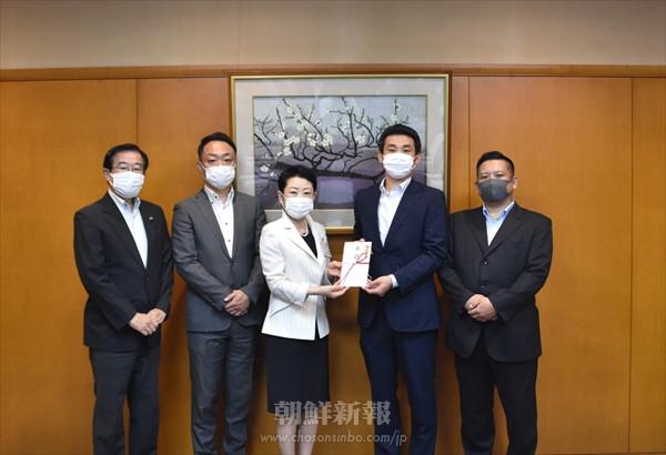 〈ウリ民族フォーラム2021 in 東京足立〉実行委、足立区に卓球台2台を寄贈
