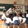 〈教室で〉福岡初級幼稚班 主任・梁静美先生