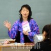 〈教室で〉東京中高 高級部英語・康明淑先生
