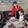 〈教室で〉西東京第1初中 4年算数・金英姫教員