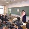〈教室で〉東京第4初中 社会科・李都鮮教員