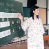〈教室で〉西東京第2初中 音楽・鄭成姫先生