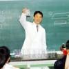 〈教室で〉西東京第1初中 理科・慎基成先生