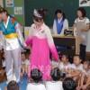 〈教室で〉東京第1初中付属幼稚班・金美好先生