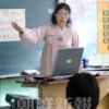 〈教室で〉東京第2初級 社会科・白玲子先生