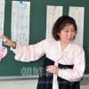 〈教室で〉長野初中 中級部日本語・朴勝枝先生