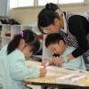 〈教室で〉東京朝鮮第6初級学校付属幼稚班・梁美華教員