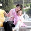 〈ピョンヤン笑顔の瞬間 10〉噴水を楽しむ親子