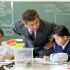 〈教室で〉 東京朝鮮第9初級学校 理科 趙紅天教員