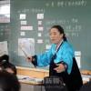 〈教室で〉東京朝鮮中高級学校 国語 康明世教員