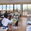 〈教室で〉京都初級、6年担任・金政之教員