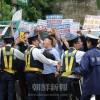 「集団拉致謝罪せよ」「女性たちの送還を」/同胞青年、女性たちが南朝鮮大使館前で抗議活動