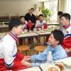 〈札幌アジア大会〉朝鮮選手団が北海道初中高を訪問/再会誓い熱い抱擁交わす