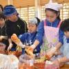 伝統の味を子どもに伝授/東京第2初級でキムチ作り体験、焼肉「トラジ」が協力