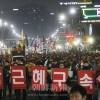 〈怒れる民心 反動の歴史に終止符を 2〉姑息な延命策講じる朴槿恵