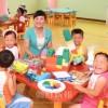 〈ピョンヤン笑顔の瞬間 104〉知育玩具で想像力豊かに