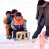 〈ピョンヤン笑顔の瞬間 118〉雪上を走るソリに大喜び