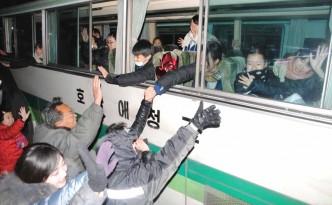 조국의 친척들이 재일조선학생소년예술단을 환송하였다.