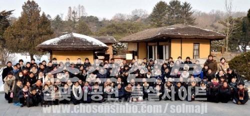 만경대를 방문한 재일조선학생소년예술단(조선중앙통신)