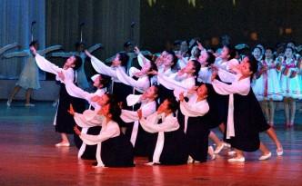 학생소년들의 주체101(2012)년 설맞이공연(조선중앙통신)