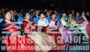 학생들의 공연모습에 눈물을 흘리는 부모들(조선중앙통신)