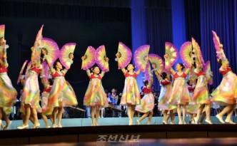 설맞이공연에 출연한 재일조선학생들(사진 리태호기자)