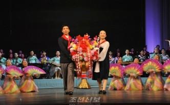 김정은원수님께 설인사를 올리는 재일조선학생들(사진 리태호기자)