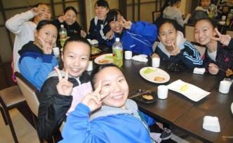 식사를 즐기는 학생들