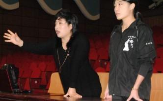 조국지도원과 함께 학생들을 지도하는 송필임교원(오른쪽)