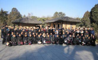 2017년 학생소년들의 설맞이공연에 참가하게 되는 재일조선학생소년예술단이 만경대 고향집을 찾았다.
