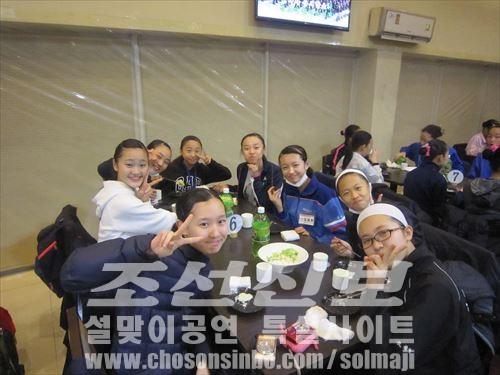 식사모임을 즐기는 재일조선학생예술단 성원들