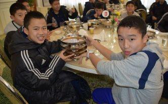 옥류관에서 맛있게 랭면을 먹는 재일조선학생소년예술단 성원들