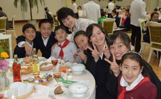 교류를 하는 재일조선학생예술단 성원들과 평양시내 학생들