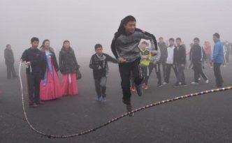 평양대극장앞 광장에서 민속놀이를 즐기는 재일조선학생예술단성원들