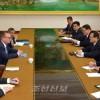 조선외무성 박명국부상과 유엔부사무총장사이의 회담 진행