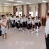 〈서일본폭우〉와까야마초중에서 지원금 전달식, 총련중앙 박구호부의장이 고무격려